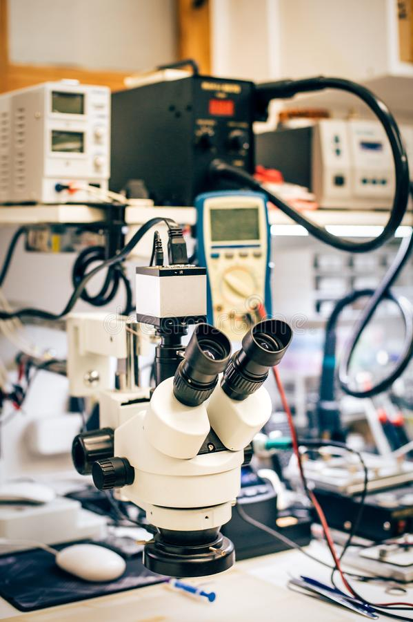 Microscope pour la macro vue de détail dans le service de technologie d'appareil électronique photos stock