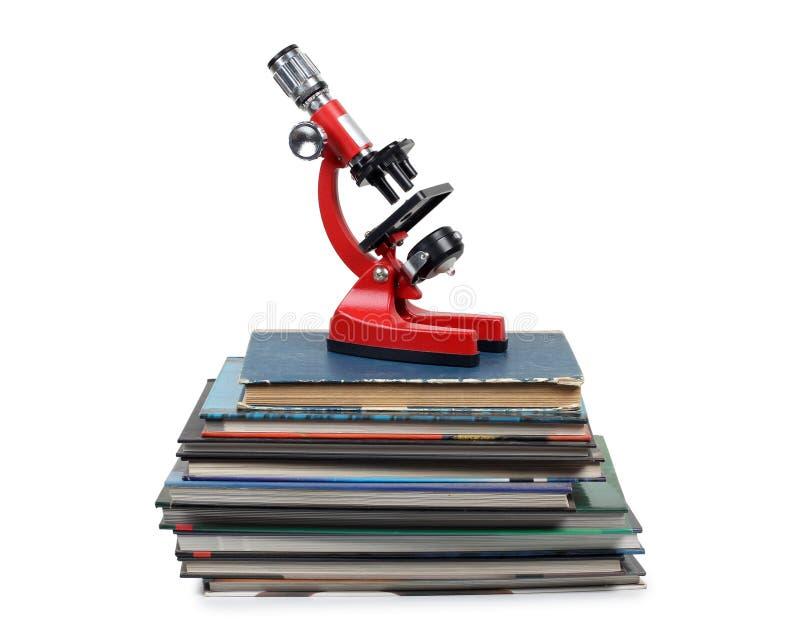 Microscope sur des livres photographie stock libre de droits