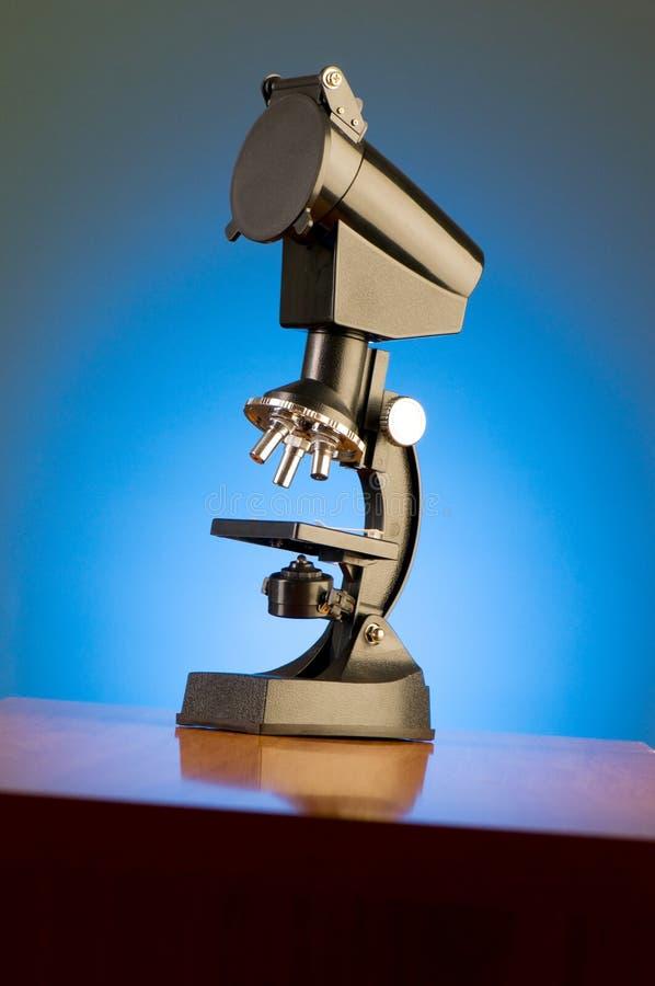 Microscope sur le fond bleu photo libre de droits