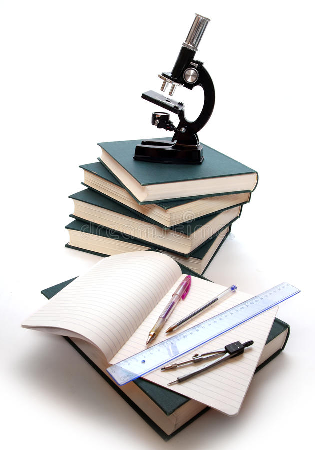 Microscope sur livres. photos libres de droits