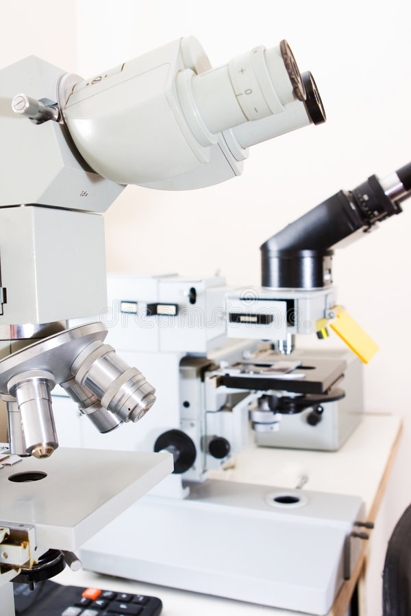 Microscopen in laboratorium stock afbeeldingen