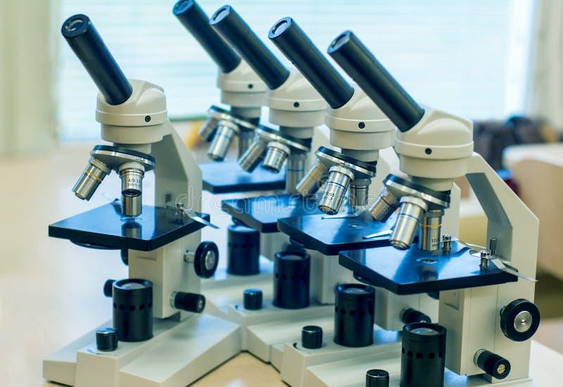 Microscopi della scuola per la classe di scienza degli studenti fotografie stock