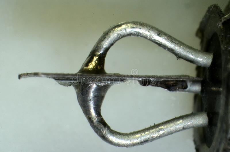 Microscopia del interior de un tipo tipo AC132 de los años 70 del transistor del germanio fotografía de archivo