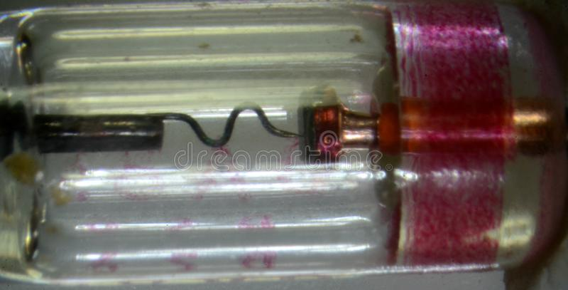 Microscopia del interior de un tipo tipo OA85 de los años 70 del diodo del germanio en el cuerpo de cristal foto de archivo libre de regalías