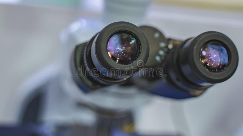 Microscopio de la c?mara digital en laboratorio de ciencia fotos de archivo libres de regalías