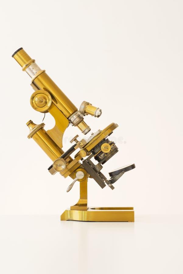 Microscopio de oro viejo fotografía de archivo