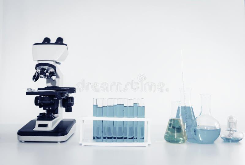 Microscopio del laboratorio del científico del investigador de la atención sanitaria y de la medicina con las herramientas del eq imagen de archivo
