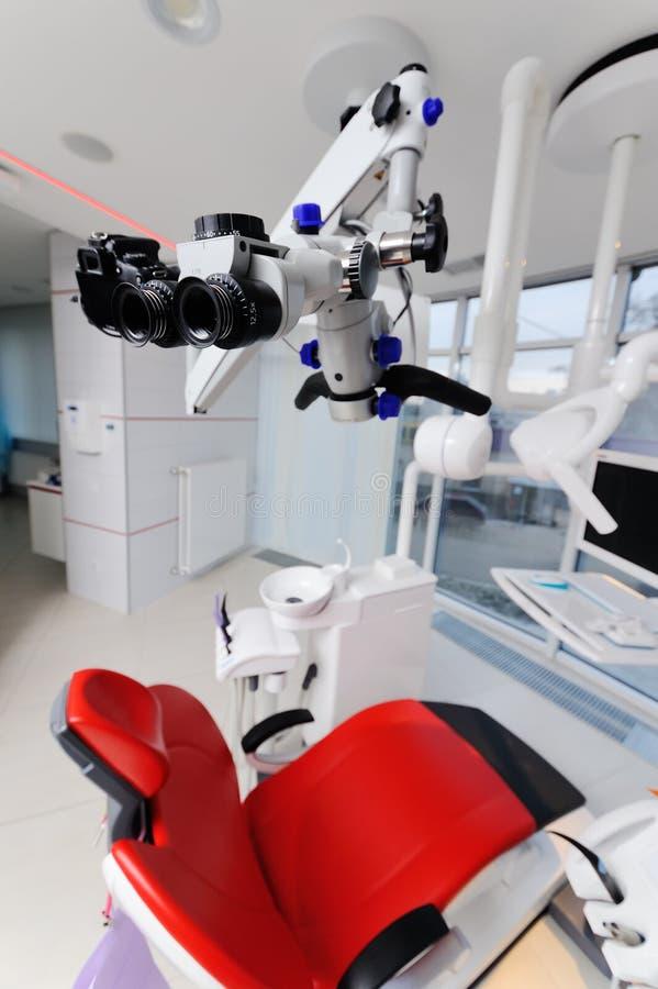 Microscopio dentario su un fondo di una clinica moderna immagine stock libera da diritti
