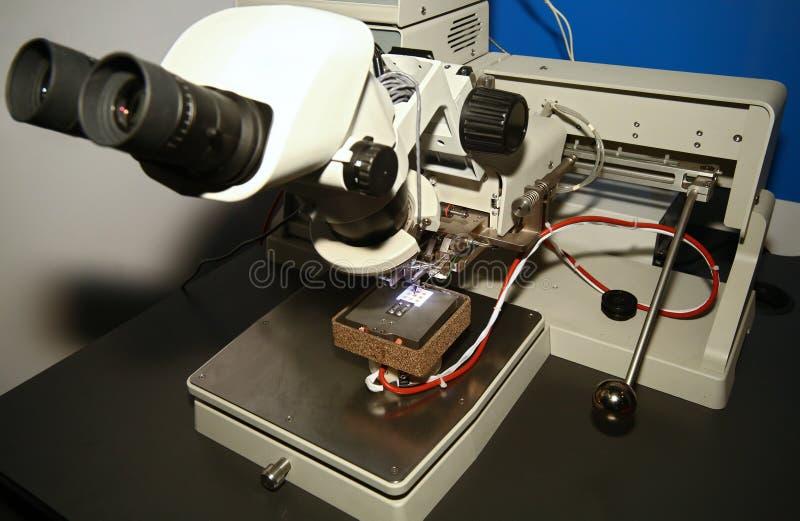 Microscopio e PWB fotografia stock