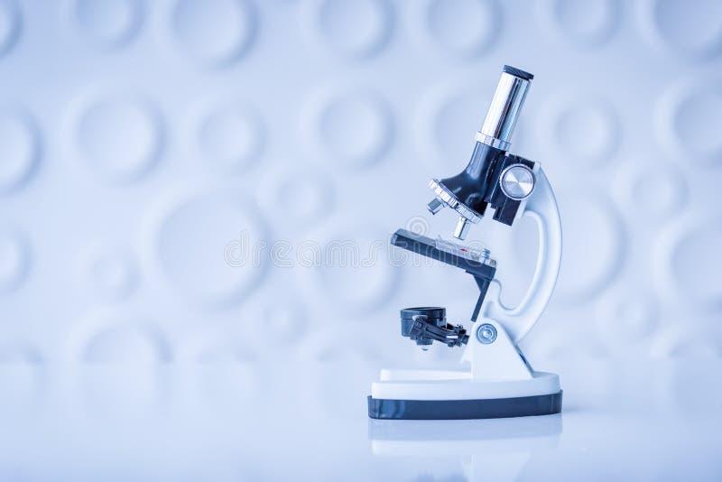 Microscopio en la tabla en laboratorio Concepto de la química de la ciencia Bl fotos de archivo