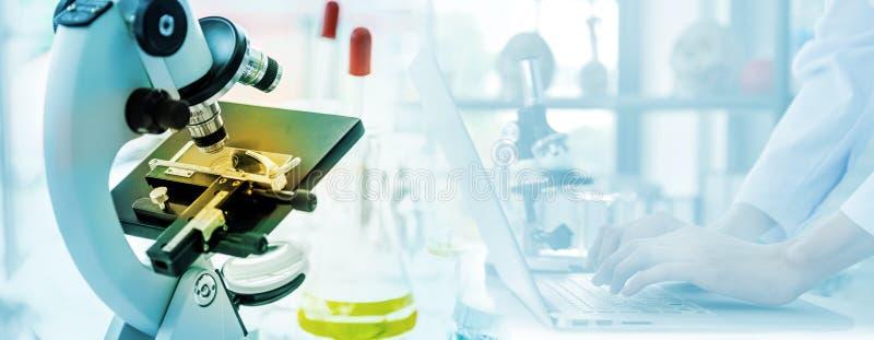 Microscopio en laboratorio Primer tirado de muestra de examen de la prueba debajo del microscopio en laboratorio Cient?fico que t foto de archivo