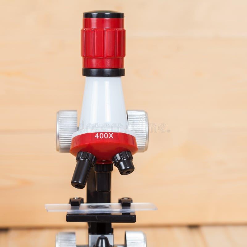 Microscopio, herramienta del trabajo en laboratorio fotografía de archivo libre de regalías