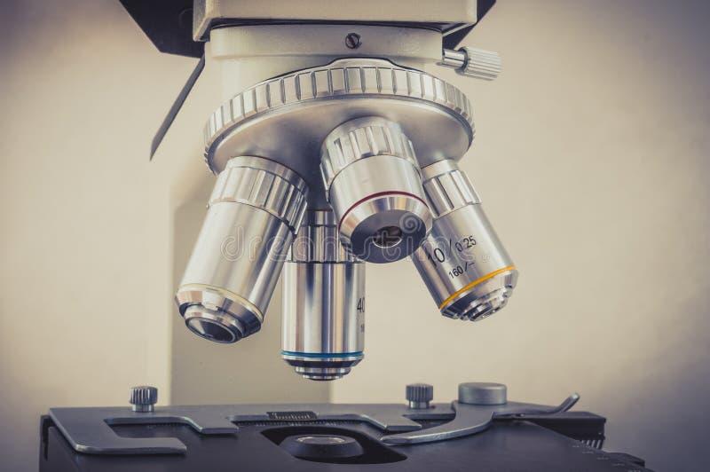 Microscopio nel laboratorio di ricerca di sanità e scientifico fotografia stock
