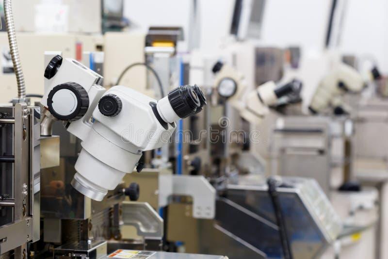 Microscopio per fabbricare fotografia stock libera da diritti