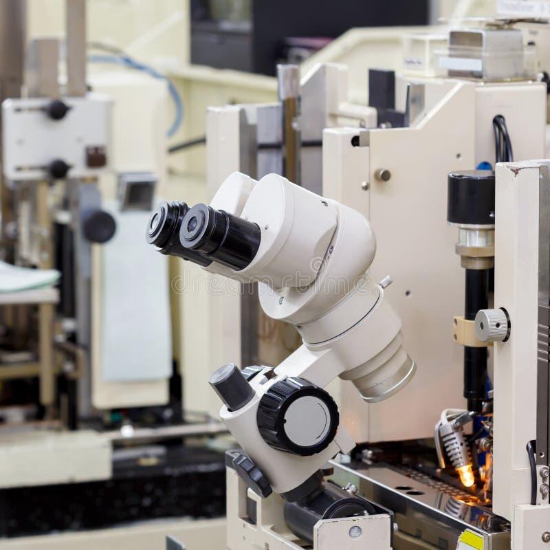 Microscopio per fabbricare immagine stock