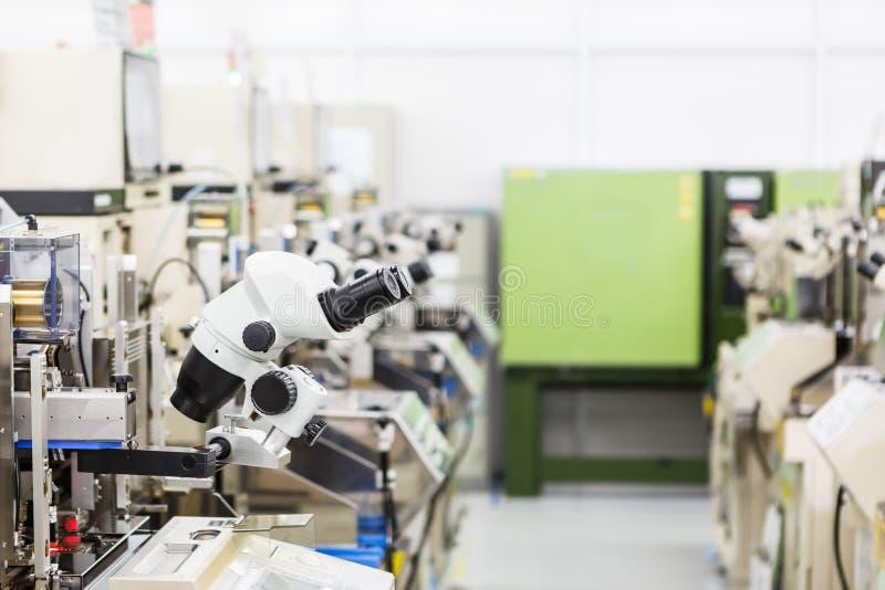 Microscopio per fabbricare fotografia stock
