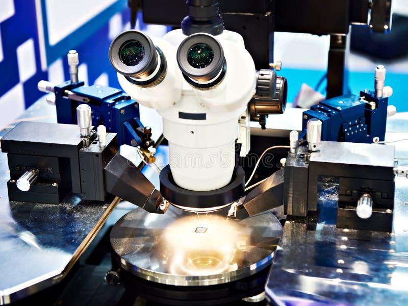 Microscopio stereo del laboratorio moderno fotografie stock libere da diritti