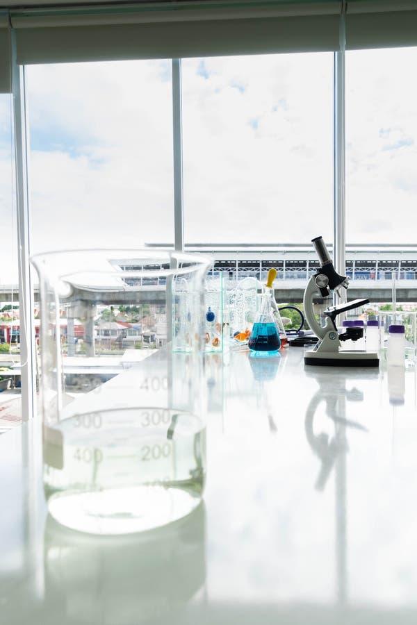 Microscopio y cubilete fotos de archivo libres de regalías