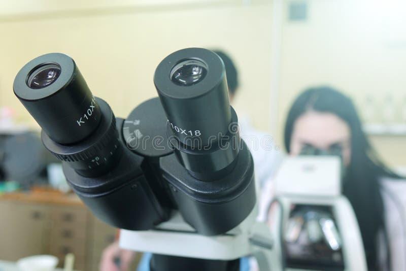 Microscopios en el laboratorio Investigación científica fotografía de archivo libre de regalías