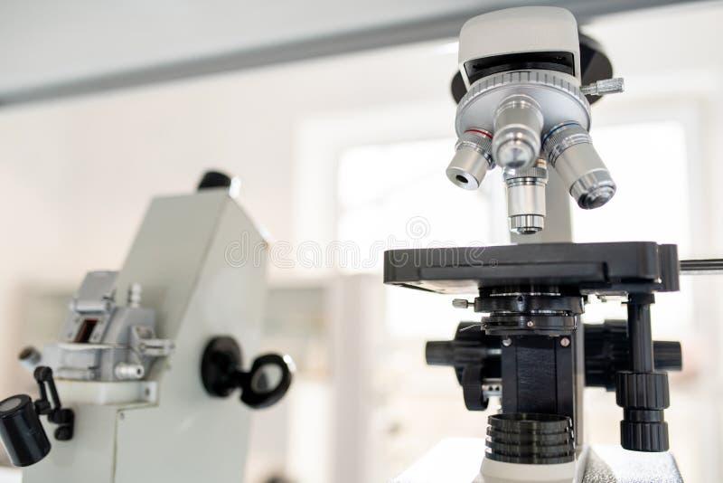 Microscopios en laboratorio científico imagen de archivo libre de regalías