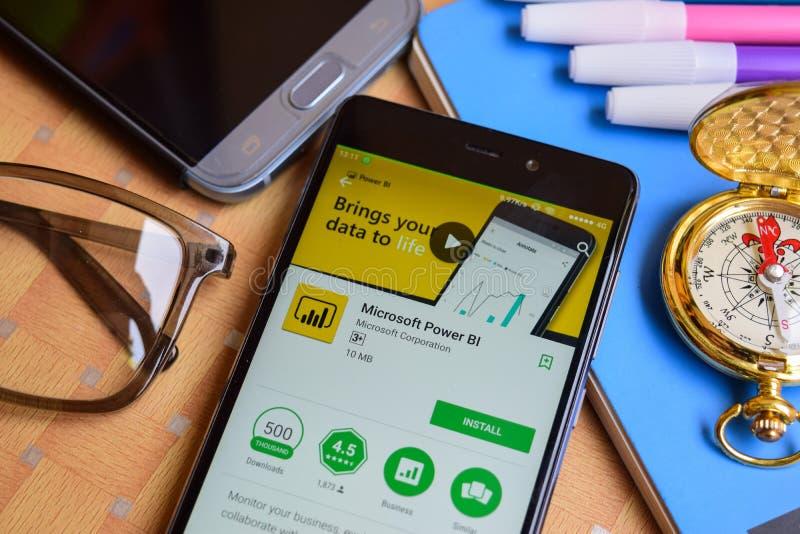 Microsoft alimenta l'applicazione dello sviluppatore della BI sullo schermo di Smartphone immagini stock
