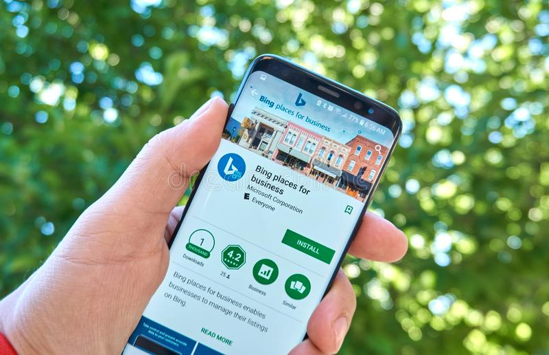 Microsoft Bing Places för mobil app för affär på Samsung s8 royaltyfria foton