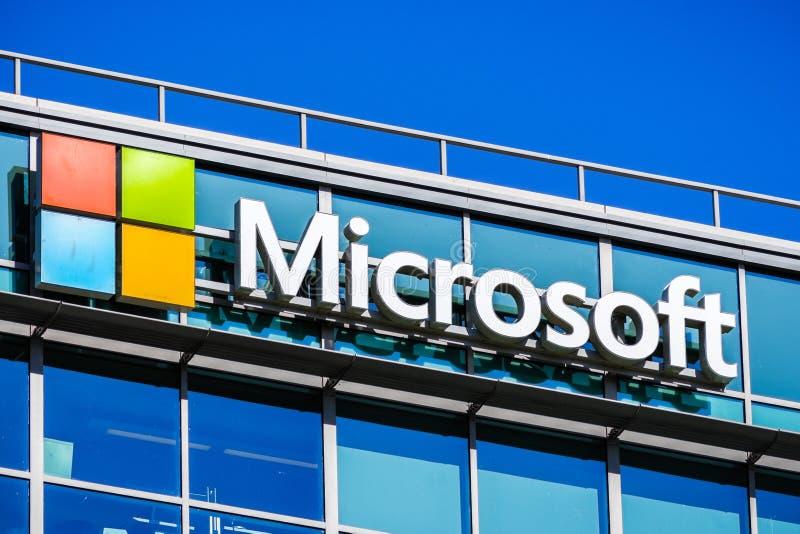 Microsoft-embleem bij het het bureaugebouw van het bedrijf royalty-vrije stock afbeeldingen