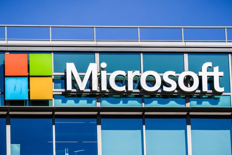 Microsoft-embleem bij het het bureaugebouw van het bedrijf royalty-vrije stock afbeelding
