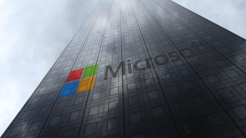 Microsoft-embleem op een wolkenkrabbervoorgevel die op wolken wijzen Het redactie 3D teruggeven royalty-vrije stock afbeelding