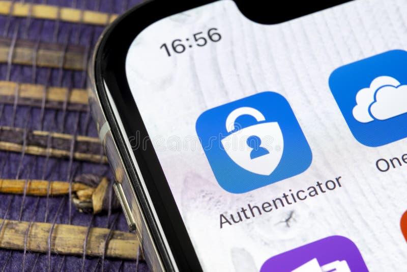 Microsoft-het pictogram van de authenticatortoepassing op Apple-iPhone X het close-up van het smartphonescherm Het pictogram van  stock afbeelding