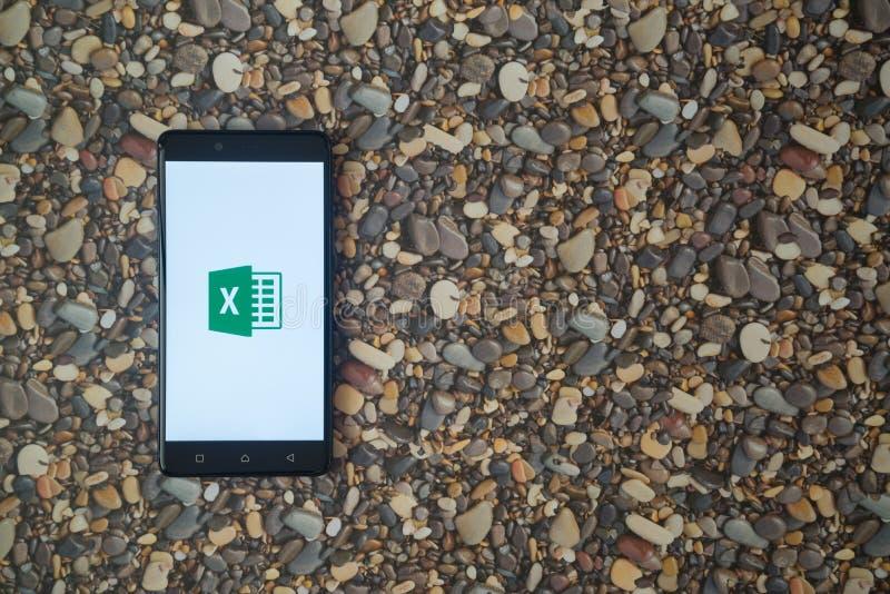 Microsoft Office przoduje loga na smartphone na tle mali kamienie obraz stock