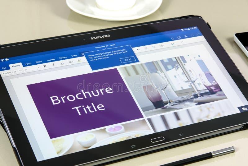 Microsoft Office Word app en la tableta de Samsung imágenes de archivo libres de regalías