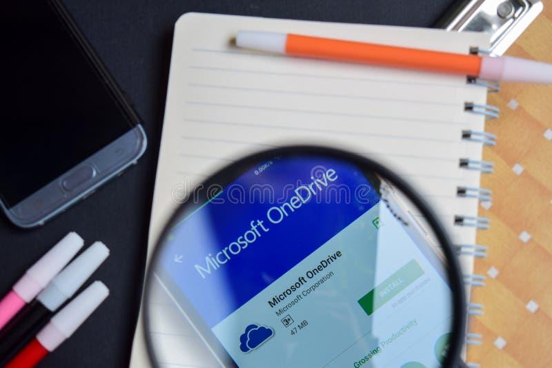 Microsoft OneDrive App com ampliação na tela de Smartphone Microsoft OneDrive App com ampliação na tela de Smartphone imagem de stock