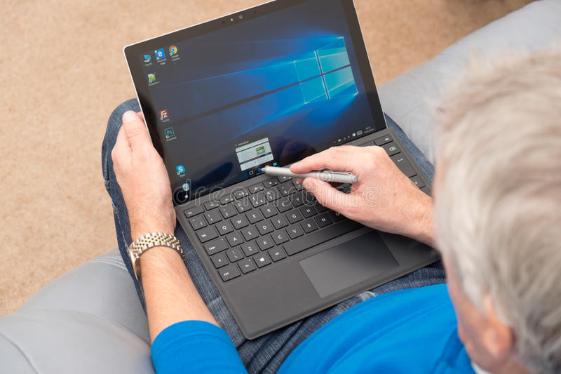 Microsoft-Oppervlakte Pro 4 met naald en toetsenbord royalty-vrije stock foto's