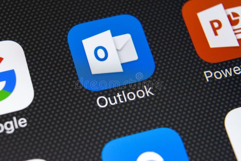Microsoft Outlook-toepassingspictogram op Apple-iPhone X het schermclose-up Microsoft-vooruitzichtenapp pictogram Microsoft Outlo royalty-vrije stock fotografie
