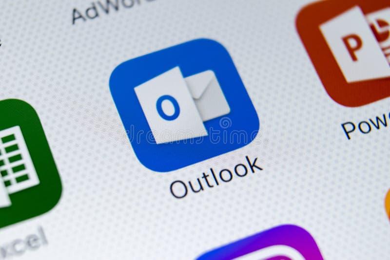 Microsoft Outlook-toepassingspictogram op Apple-iPhone X het schermclose-up Microsoft-vooruitzichtenapp pictogram Microsoft Outlo royalty-vrije stock foto