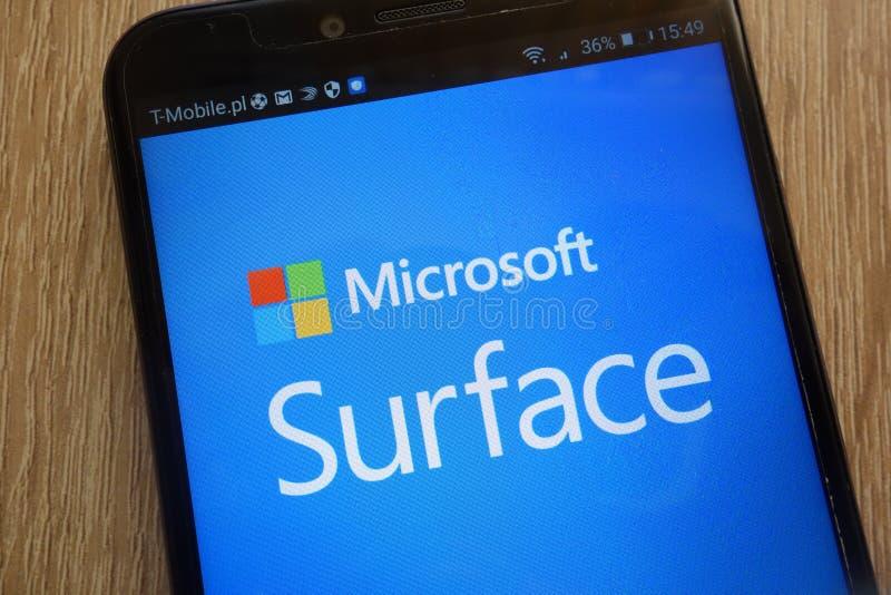 Microsoft Surfaceembleem op een moderne smartphone wordt getoond die stock foto's