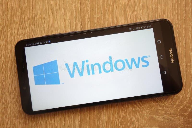 Microsoft Windows-embleem op een moderne Huawei-smartphone wordt getoond die stock foto
