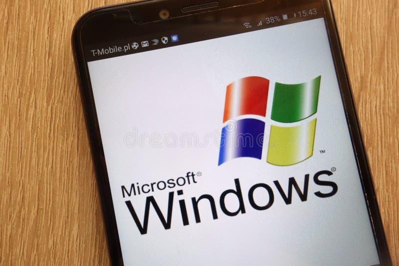 Microsoft Windows-embleem op een moderne smartphone wordt getoond die stock foto