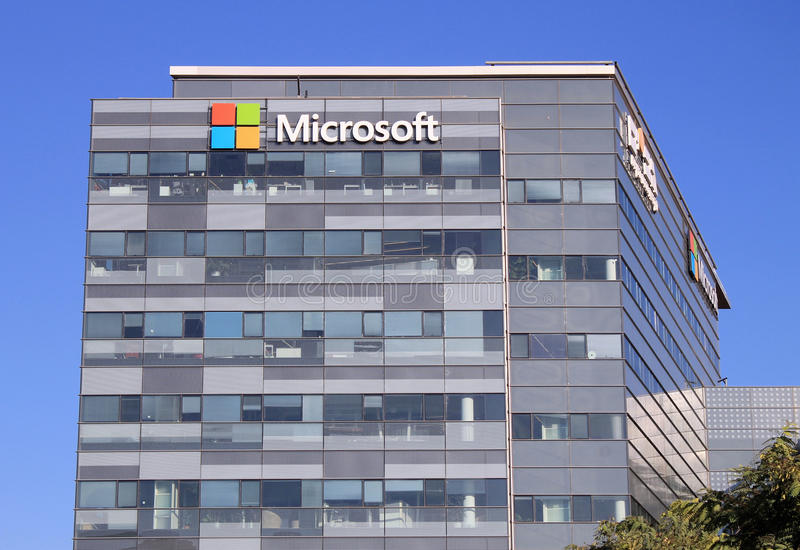 Microsoft znak na budynku w Herzliya, Izrael zdjęcia royalty free