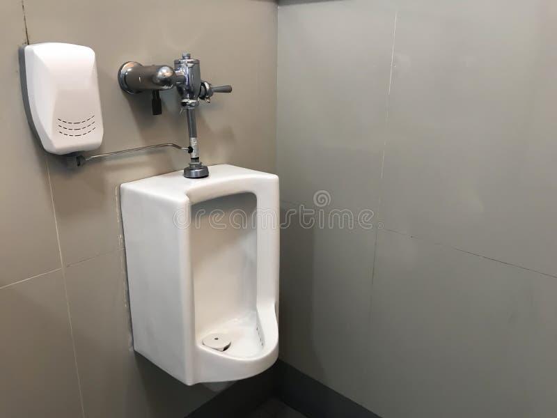 Mictório quadrado branco no toalete dos homens foto de stock