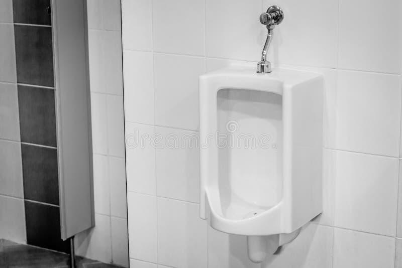 Mictórios no banheiro foto de stock