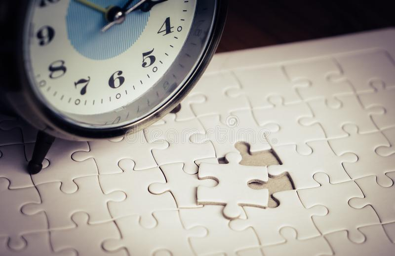 Mida el tiempo de cuenta abajo en el despertador para colocar el rompecabezas pasado fotos de archivo libres de regalías