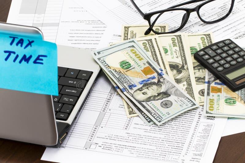 Mida el tiempo para el concepto de los impuestos de la contabilidad financiera del dinero de impuestos imagenes de archivo