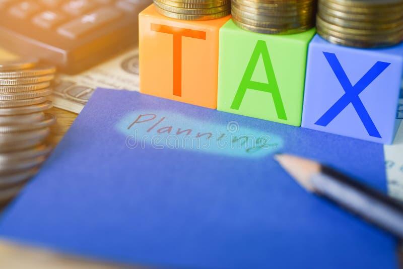 Mida el tiempo para el concepto de los impuestos de la contabilidad financiera del dinero de impuestos - impuesto fotos de archivo