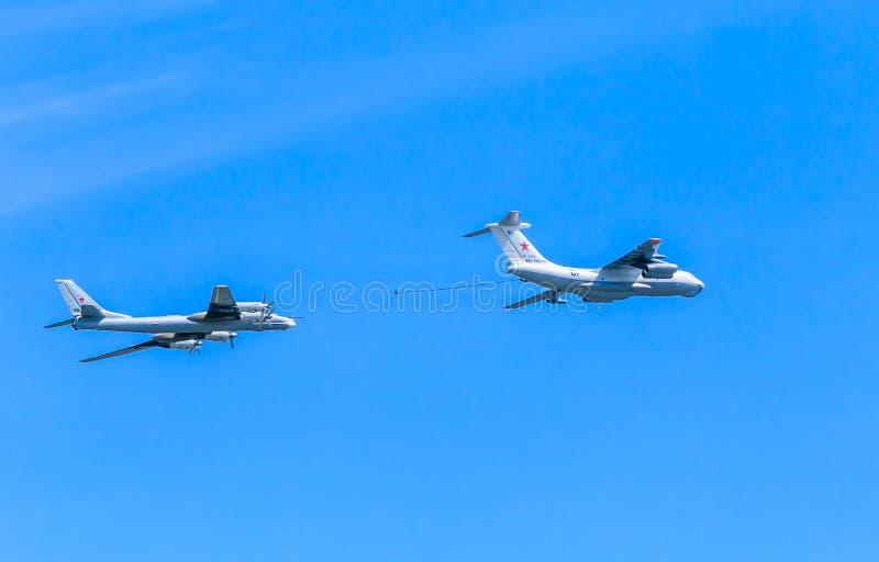 (Midas) petroleiro Il-78 aéreo e bombardeiros estratégicos de Tu-95MS imagens de stock