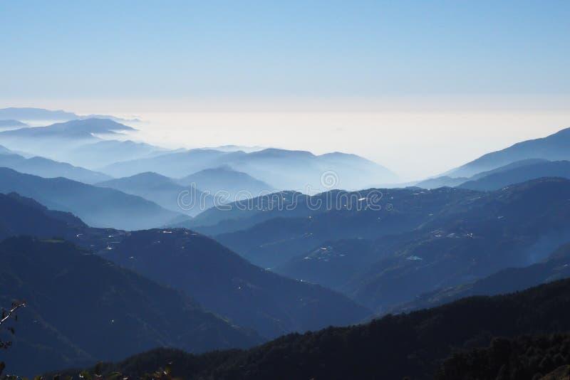 Middag bij de hoogste piek van het Nationale Park van Taroko, boven de wolken, de mist, en de mist royalty-vrije stock afbeeldingen