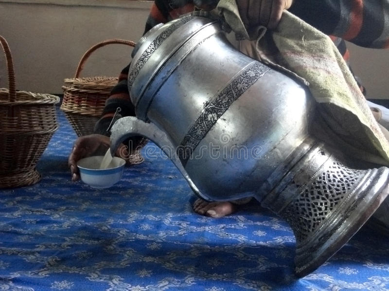Middag Chai (Zoute Thee), Srinagar, Kashmir, India royalty-vrije stock foto