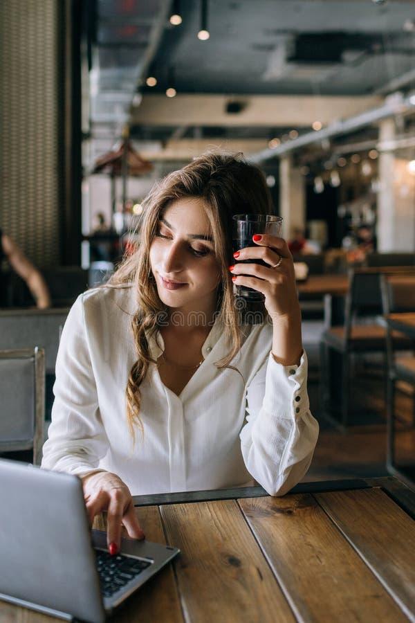 Middagpauze tijdens het werk Vermoeide bedrijfsvrouw stock foto