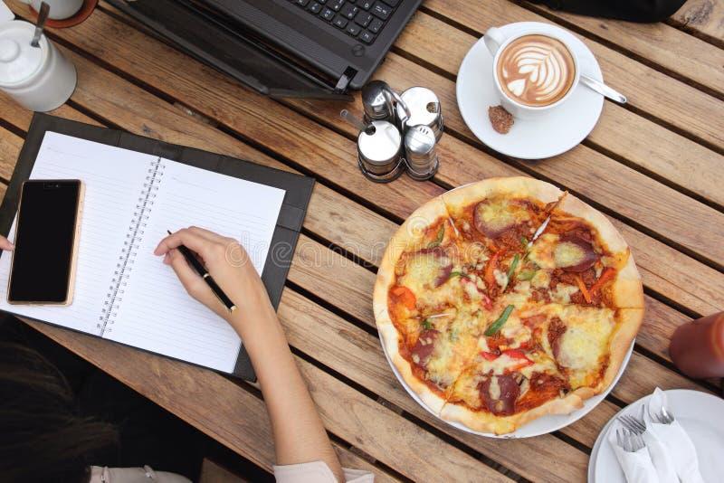 Middagpauze van de onderneemsterpizza, de lucht royalty-vrije stock afbeelding